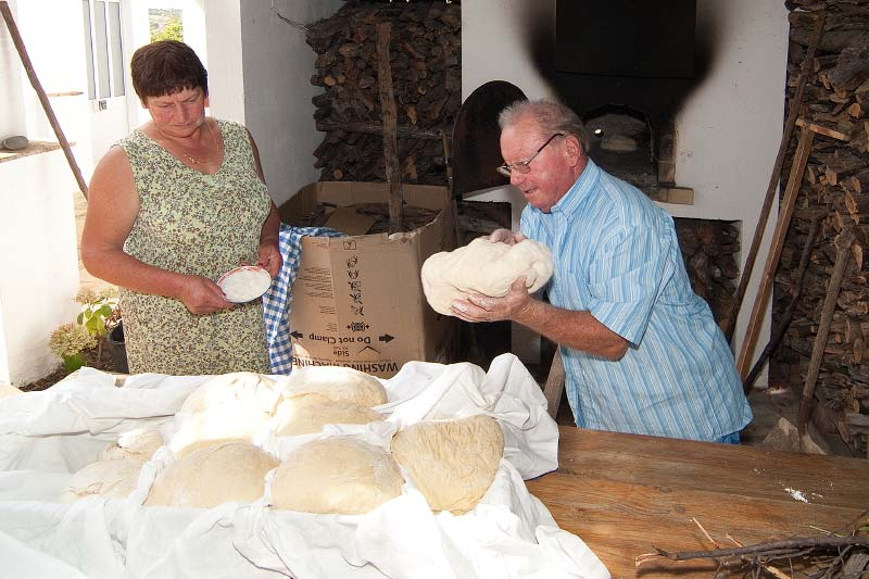 Traditionelles Brotbacken im Holzofen